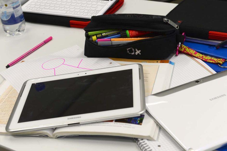 Tablet, Federtasche und Schreibblöcke liegen auf einem Arbeitsplatz