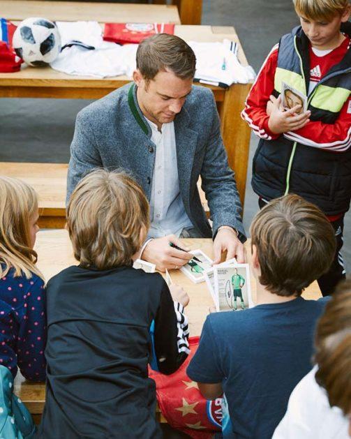 Manuel Neuer signiert Autogrammkarten für die Kinder der Martinschule Greifswald