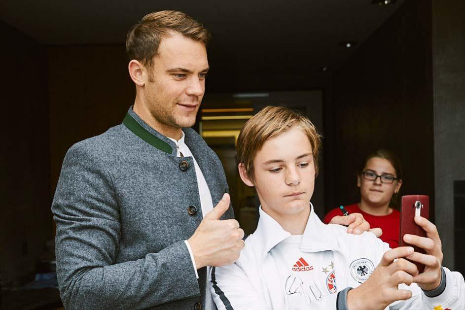 Manuel Neuer und ein Junge der Martinschule Greifswald posieren für ein Handyfoto