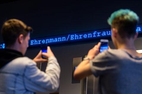 Zwei Jungs fotografieren das Jugendwort des Jahres 2018