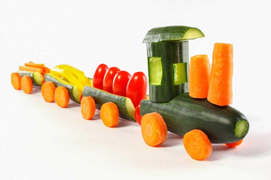 ein aus Gemüse geschnitzter Zug mit zwei Anhängern