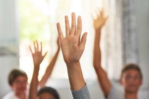 Kinder strecken ihre Arme und Hände nach oben