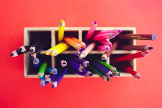 Viele Buntstifte in einer Holzkiste