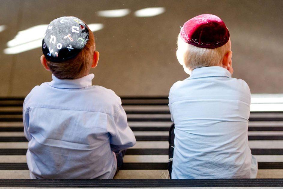 zwei jüdische Schüler mit Kippa