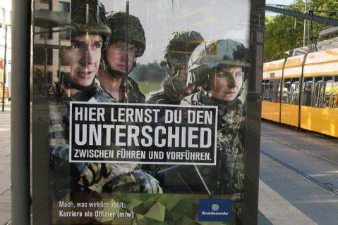 Bundeswehrplakat an einer Straßenbahnhaltestelle