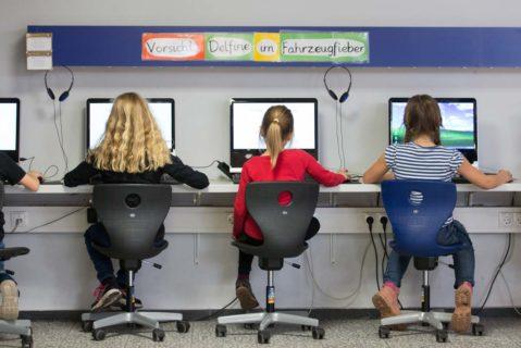 Im niedersächsischen Schüttorf arbeiten Grundschülerinnen an Computern (2017).