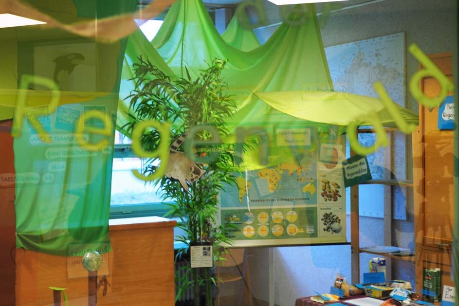 In der Schule laden liebevoll gestaltete Themenräume zum forschenden Lernen und zur Projektarbeit ein.