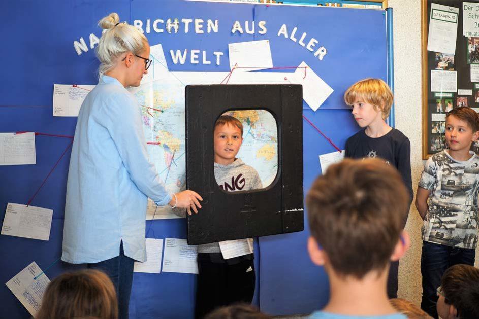 """Ein erster Zugang zu den (Welt)Themen: Die """"Nachrichten der Woche"""" werden von den Schülerinnen und Schülern gesammelt und am Ende einer Woche präsentiert."""