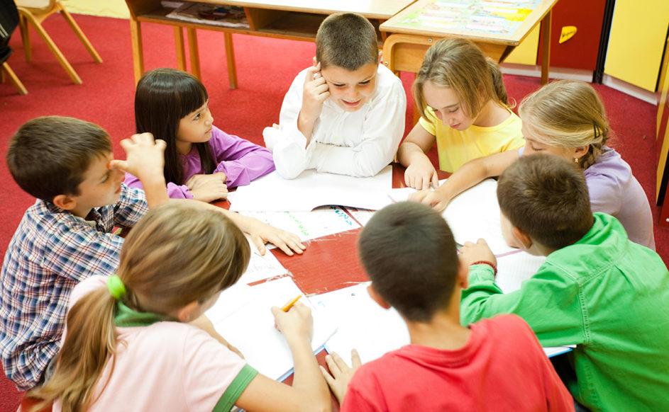 Kinder arbeiten an einem gemeinsamen Projekt