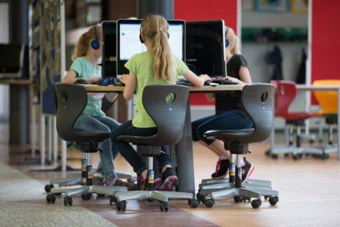 Schülerinnen am Computer (Archivbild)