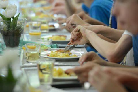 Schüler essen in einer Kantine