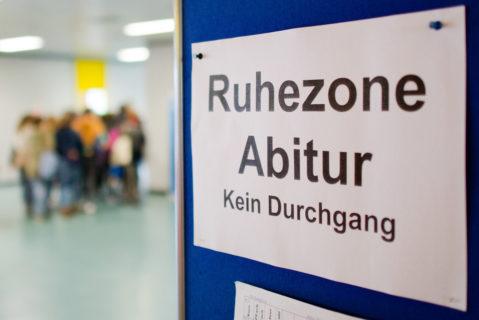 """Schild auf dem Schulflur """"Ruhezone Abitur – Kein Durchgang"""""""