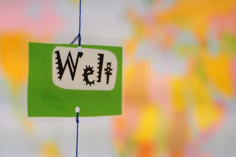 """Ein grünes Blatt, auf den """"Welt"""" steht"""