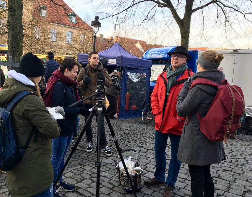 Eine Schülerin filmt in der Osnabrücker Innenstadt einen Passanten
