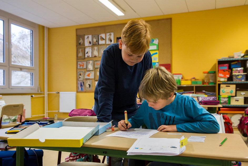 Jedes Kind der Klasse 3a an der Mesuebach-Grundschule erhält eine Kiste mit einer speziellen Aufgabe.