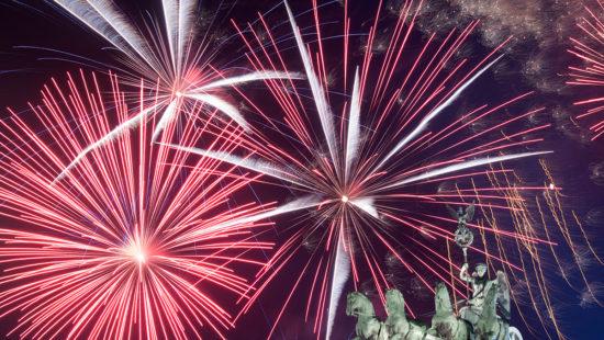 Ein Feuerwerk ist w‰hrend Deutschlands grˆflter Silvesterparty am Brandenburger Tor am 01.01.2018 in Berlin hinter dem Brandenburger Tor zu sehen. Foto: Ralf Hirschberger/dpa +++(c) dpa - Bildfunk+++