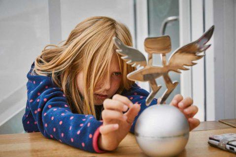 Mädchen betrachtet die Trophäe des Deutschen Schulpreises