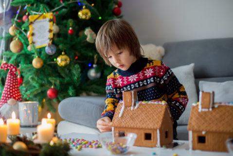 Ein Kind baut ein Lebkuchenhaus
