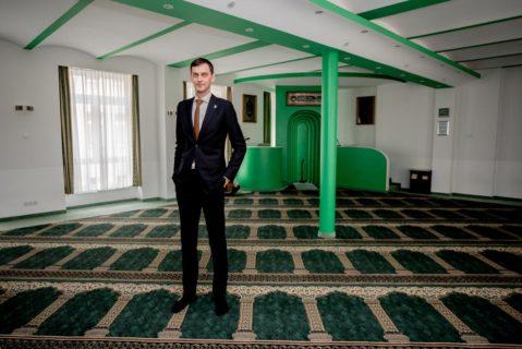 """Ist stolz auf die """"multikulturelle Großstadt"""" Neukölln: Bezirksbürgermeister Martin Hikel (SPD) im Gebetsraum der Bosniakischen Islamischen Gemeinde (in Kreuzberg)."""