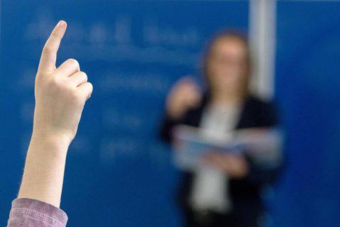 ARCHIV – 25.10.2016, Bayern, Straubing: ILLUSTRATION – Ein Schüler der sechsten Klasse an einem Gymnasium meldet sich im Unterricht.