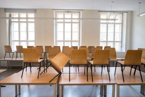 Stühle stehen auf den Tischen eines Klassenzimmers