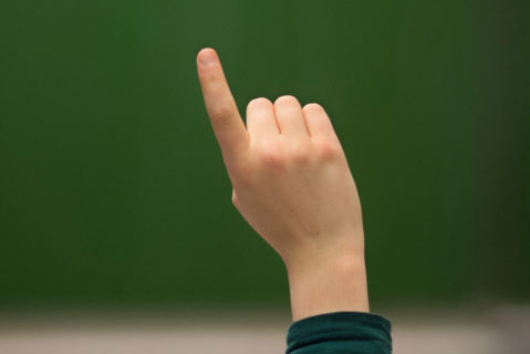 Eine Hand meldet sich
