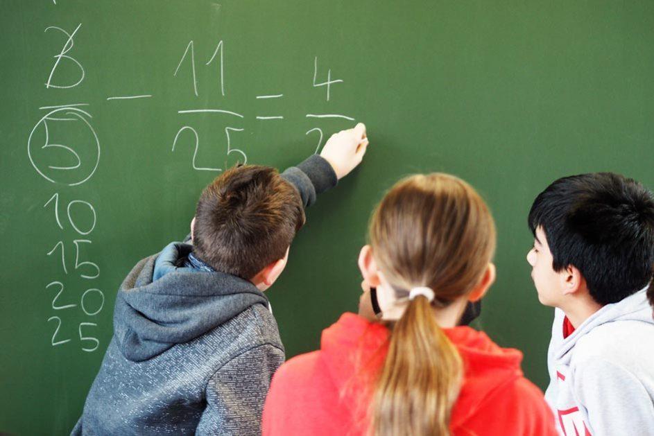 Die Schülerinnen und Schüler unterstützen sich auch gegenseitig. Wer zum Beispiel eine Aufgabe in Mathe verstanden hat, erklärt sie den Kindern, die damit Schwierigkeiten haben.