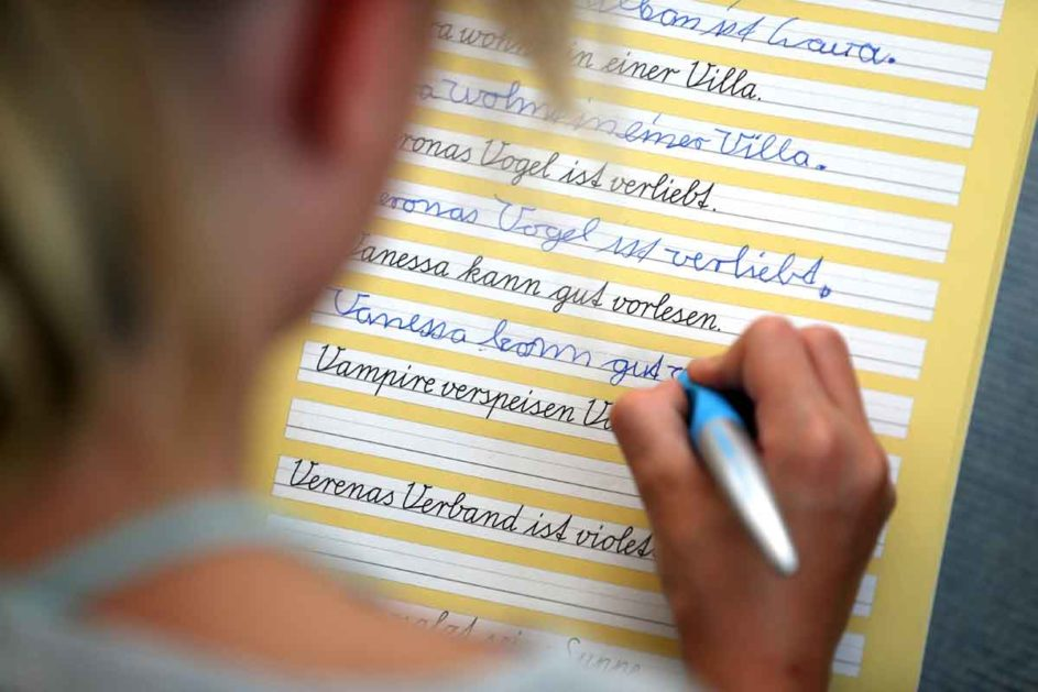 Ein Mädchen übt Schreibschrift