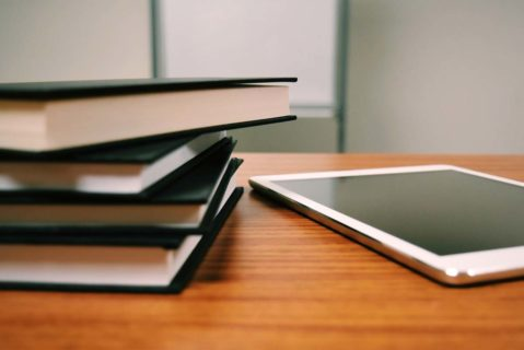 Bücher und Tablet auf einem Schreibtisch