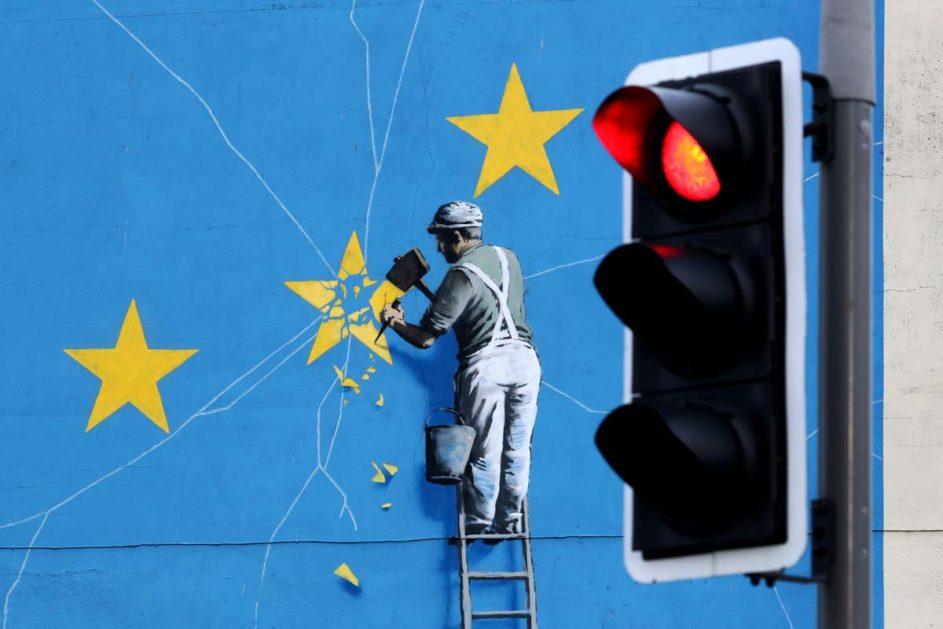 Was wird aus der Vision eines gemeinsamen Europas? Das Brexit-Wandbild des Streetart-Künstlers Banksy in Dover zeigt, wie die EU bröckelt. Kolumnist Michael Schratz beschreibt, welchen Beitrag Schulen für ein europäisches Bewusstsein leisten können.
