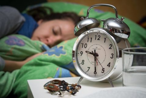 Schülerin schlaft