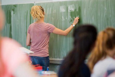 Eine Lehrerin unterrichtet Mathematik