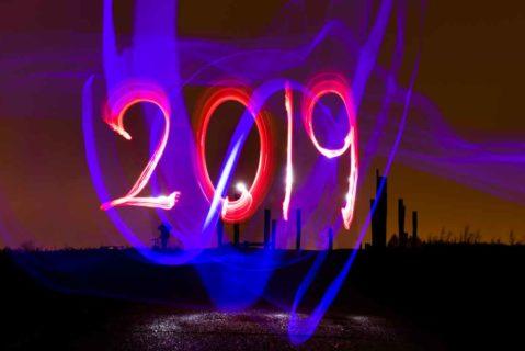 Mit zwei Taschenlampen zeichnet ein Mann die Jahreszahl 2019 in den Abendhimmel auf einem Feld in Mahlsdorf (Aufnahme mit Langzeitbelichtung). Foto: Paul Zinken/dpa +++ dpa-Bildfunk +++