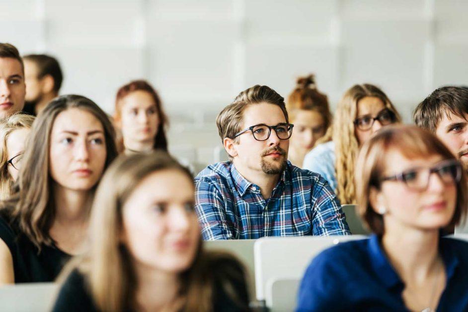 Studierende sitzen im Hörsaal