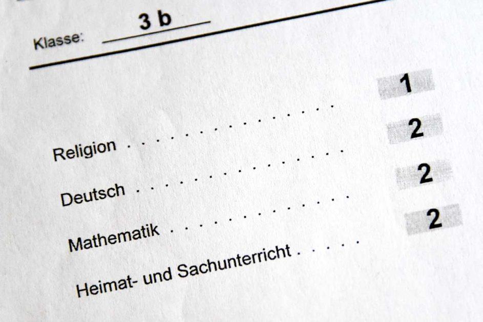 Das Ende des Schulhalbjahres ist Zeugniszeit. In Bayern können Grundschulen das das herkömmliche Zeugnis auch durch individuelle Lernentwicklungsgespräche ersetzen.