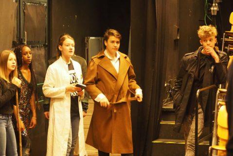Schüler während eines Theaterstücks
