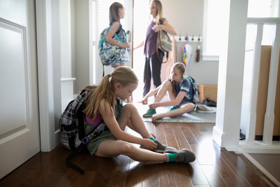 Mädchen ziehen sich Schuhe an