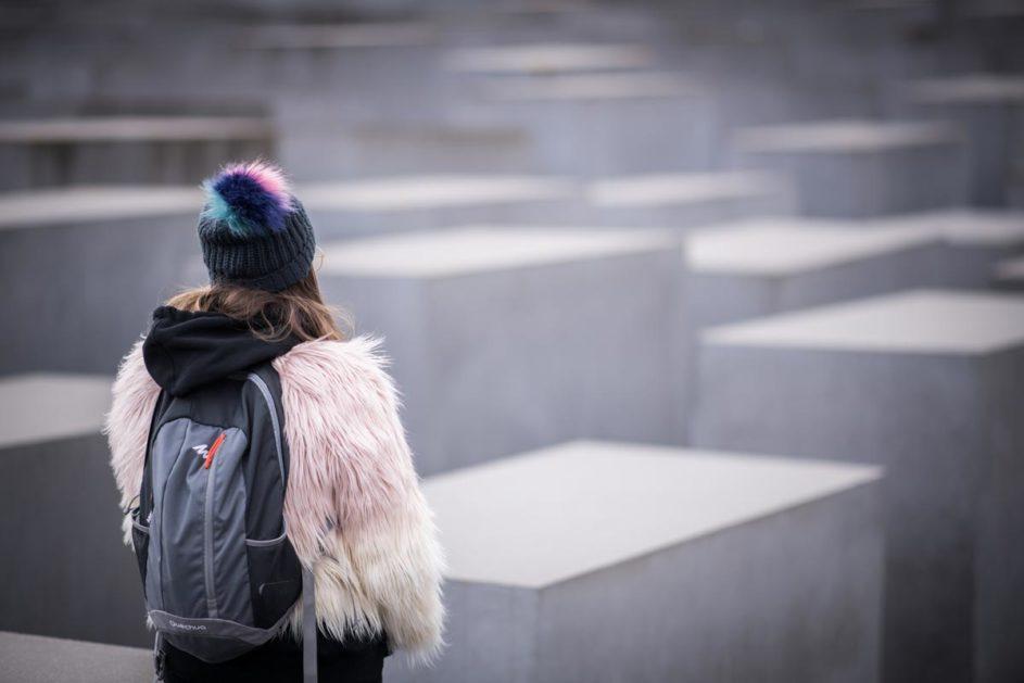Eine Schülerin steht vor dem Holocaust-Mahnmal in Berlin