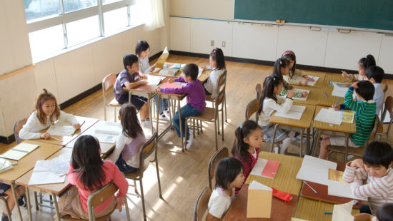Japanische Kinder im Klassenzimmer