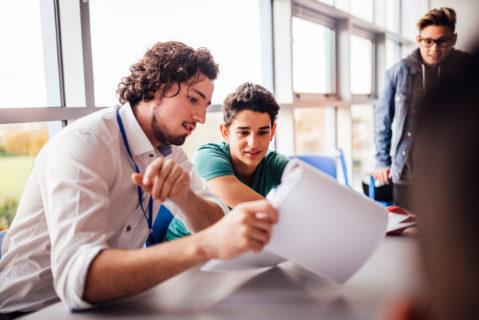 Schüler und Lehrer besprechen sich