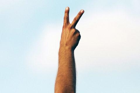 Eine Hand zeigt das Victory-Zeichen