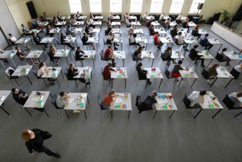 Abiturienten schreiben eine schriftliche Prüfung