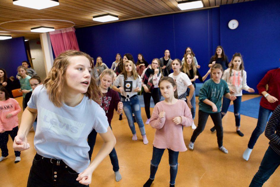 Kinder und Jugendliche tanzen