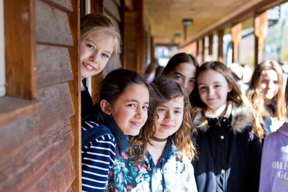 Mädchen stehen vor der Schule