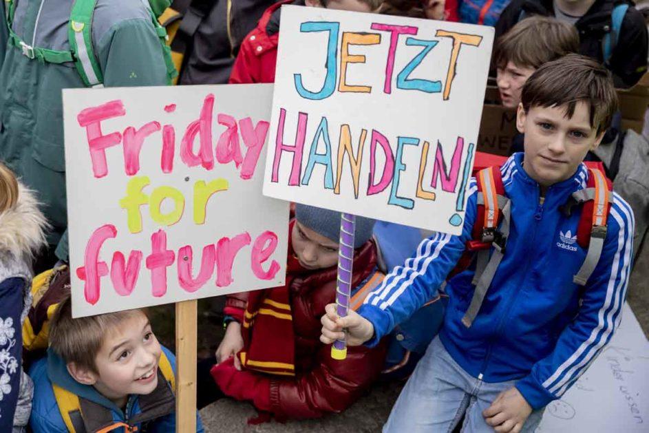 Zwei Kinder mit Transparenten bei der Schülerdemonstration.