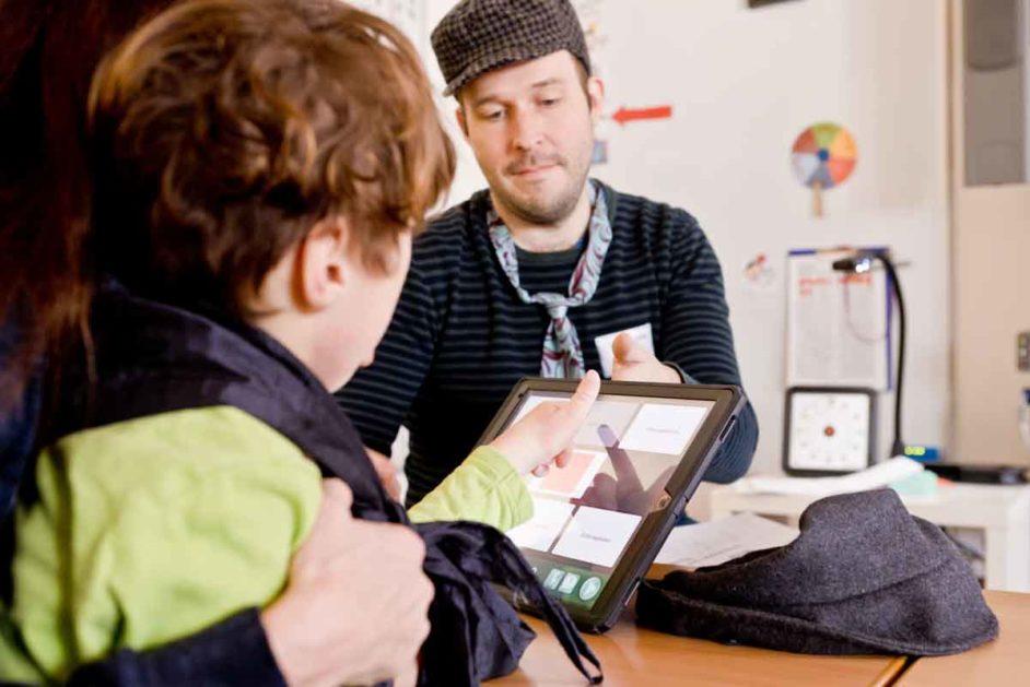 Ein Schüler lernt mit dem iPad