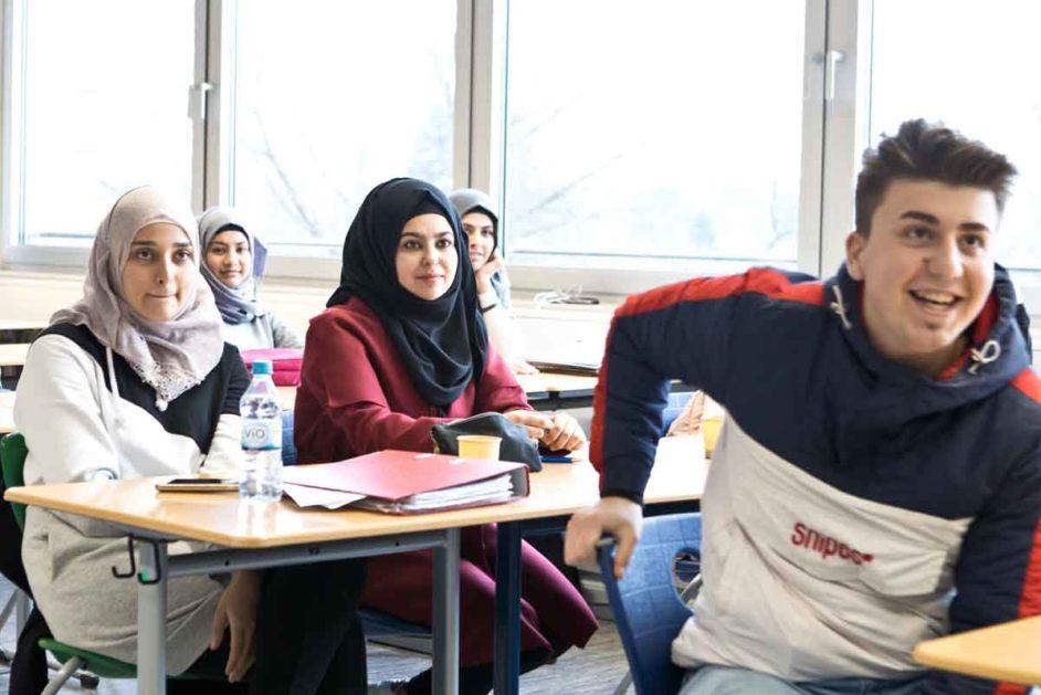 Jugendliche sitzen im Klassenzimmer.