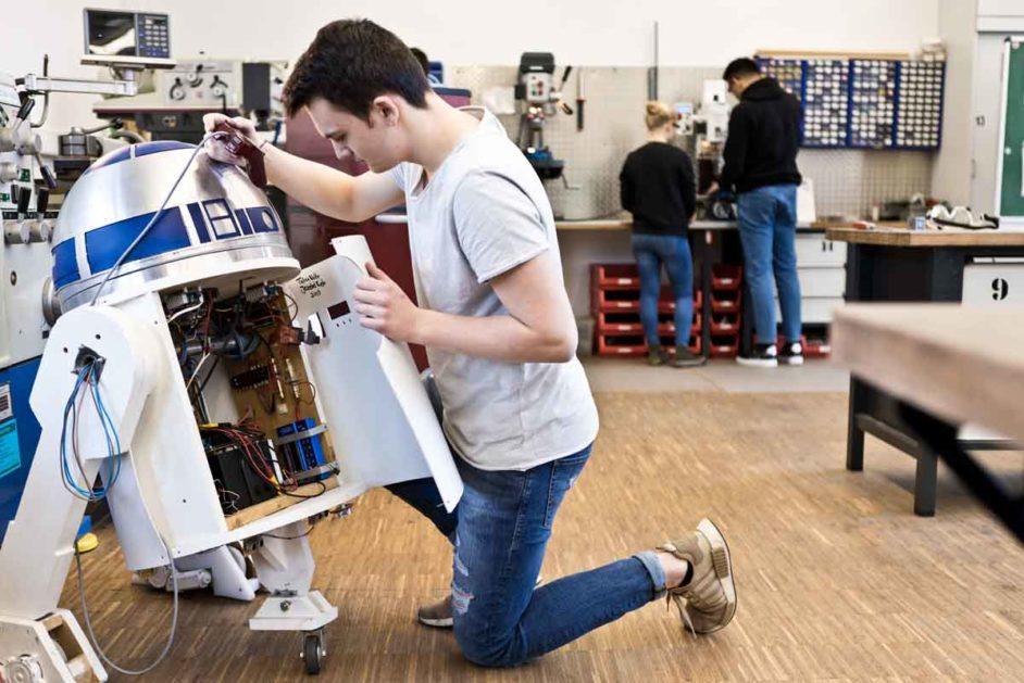 Schüler baut an einem Roboter