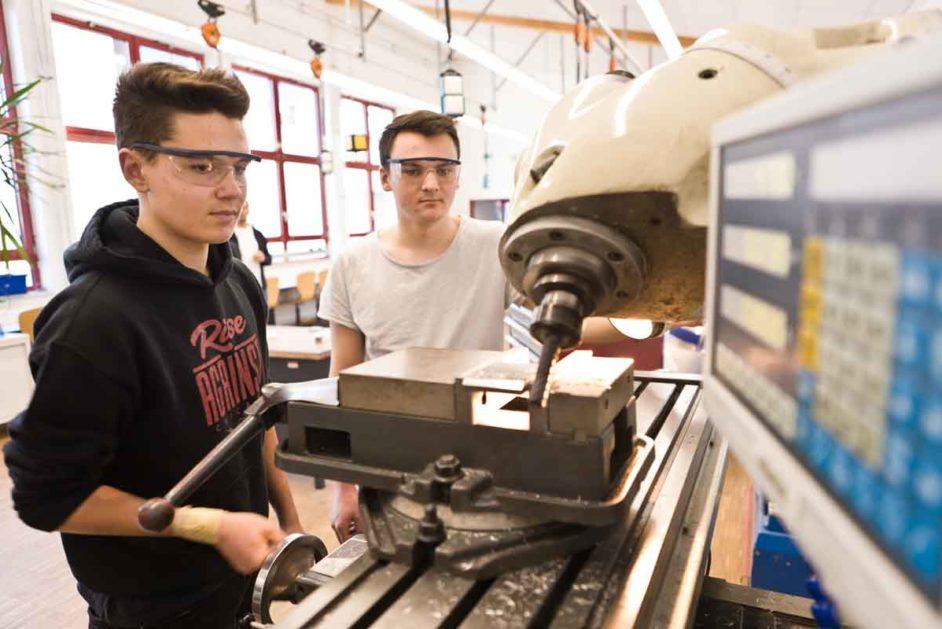 Schüler in der Werkstatt