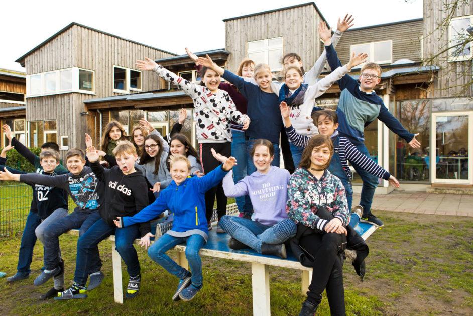 Schüler sitzen auf einer Tischtennisplatte